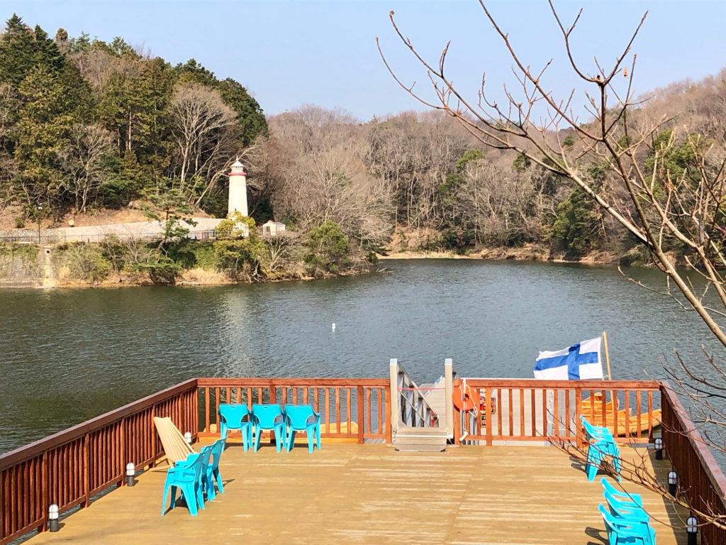 Japanin Muumipuisto sijaitsee pohjoismaisessa maisemassa järven ympärillä. Suomalaisista juurista muistutetaan lippua myöten. Kuva: Markus Kokko.