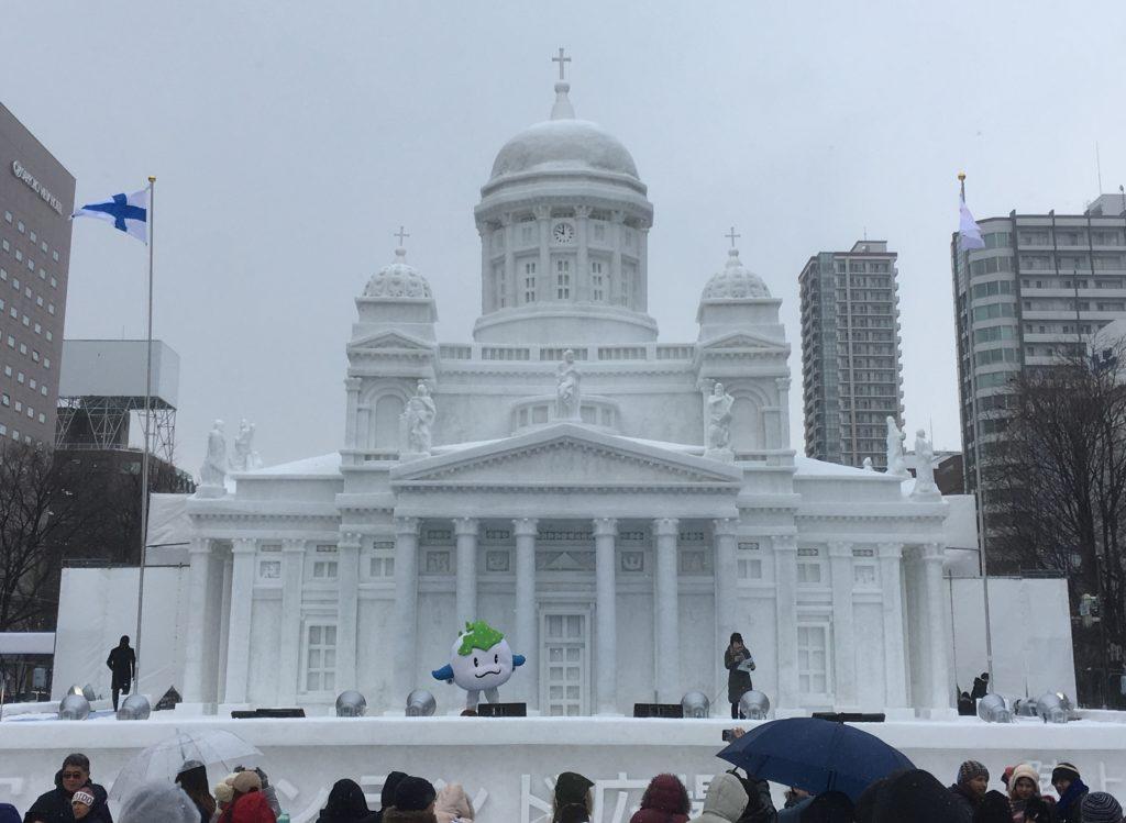 Lumituomiokirkko oli festivaalien päälavalla, jossa järjestettiin Suomi-promootiota sekä muun muassa ilmakitaran hallitsevan maailmanmestarin Nanami Naguran esitys. Kuva: Ari Honkanen.