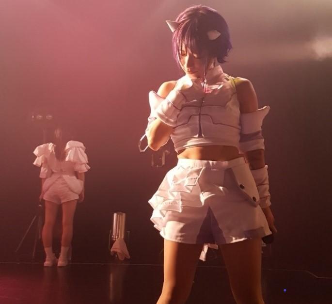 Näyttävät vaatteet ja hiuslaitteet kuuluvat idolin perusvarustukseen.
