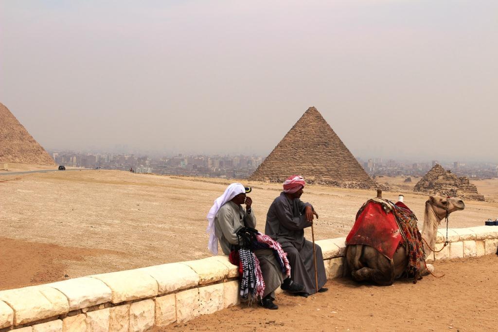 Tauko Gizan pyramideilla