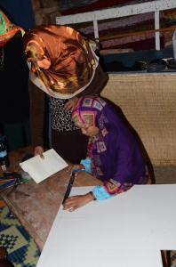 Kouluttaja opettaa nuorta naista käsilaukun tekemisessä eteläisessä Egyptissä.