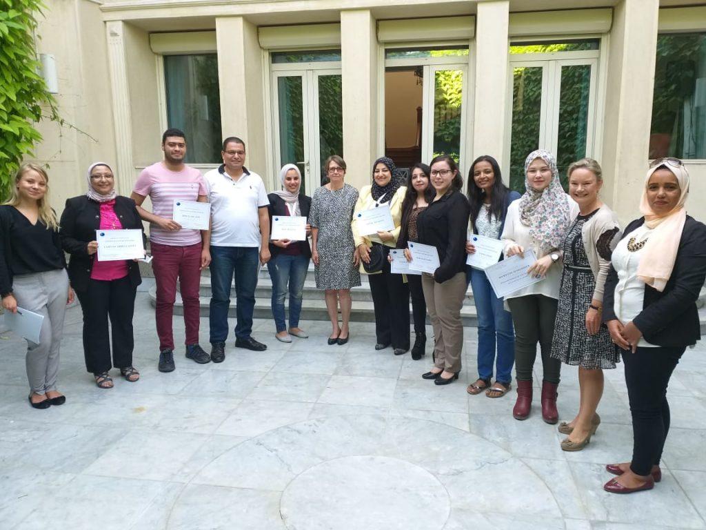Työpajan päätteeksi suurlähettiläs Laura Kansikas-Debraise (keskellä) jakoi osallistujille todistukset. Kuva: Lotta Malmirinta