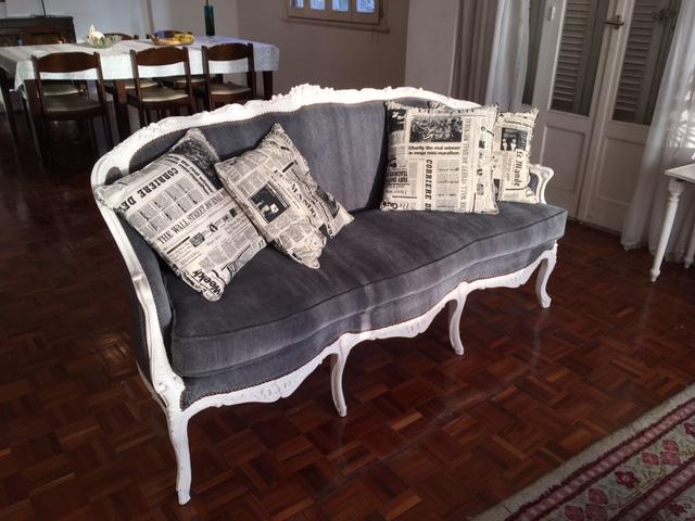 Kuvassa on perinteistä egyptiläistä, mutta hillittyä tyyliä edustava sohva. Kuva: Anne Kourilehto.
