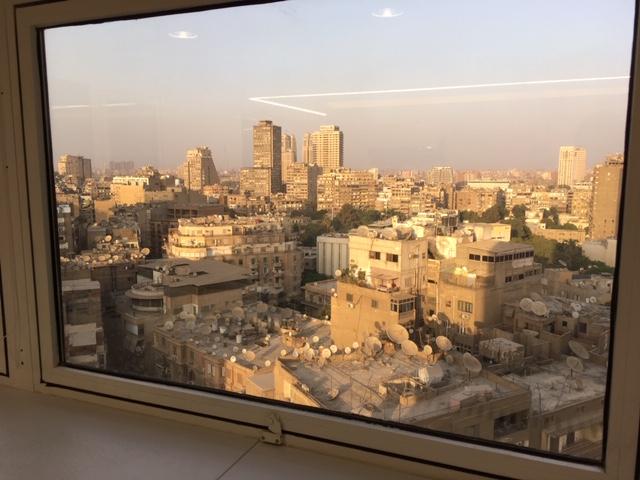 Kuvassa näkyy suurlähetystön ikkunasta maisema, kaupunkikuvaa Kairosta. Kuva: Anne Kourilehto.