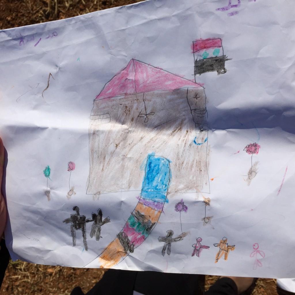 Kun lapsia pyydettiin piirtämään muistoja aiemmasta elämästään, moni piirsi kotinsa. Kuva: Suvi Turunen