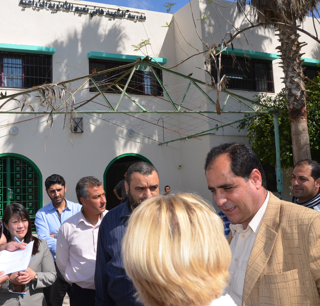 Abu Tamam tyttökoulun tiedeaineiden opettaja Nayla Rayyan (oikealla) ja teknologiaopettaja Suad El Tatari toivottivat meidät tervetulleiksi.