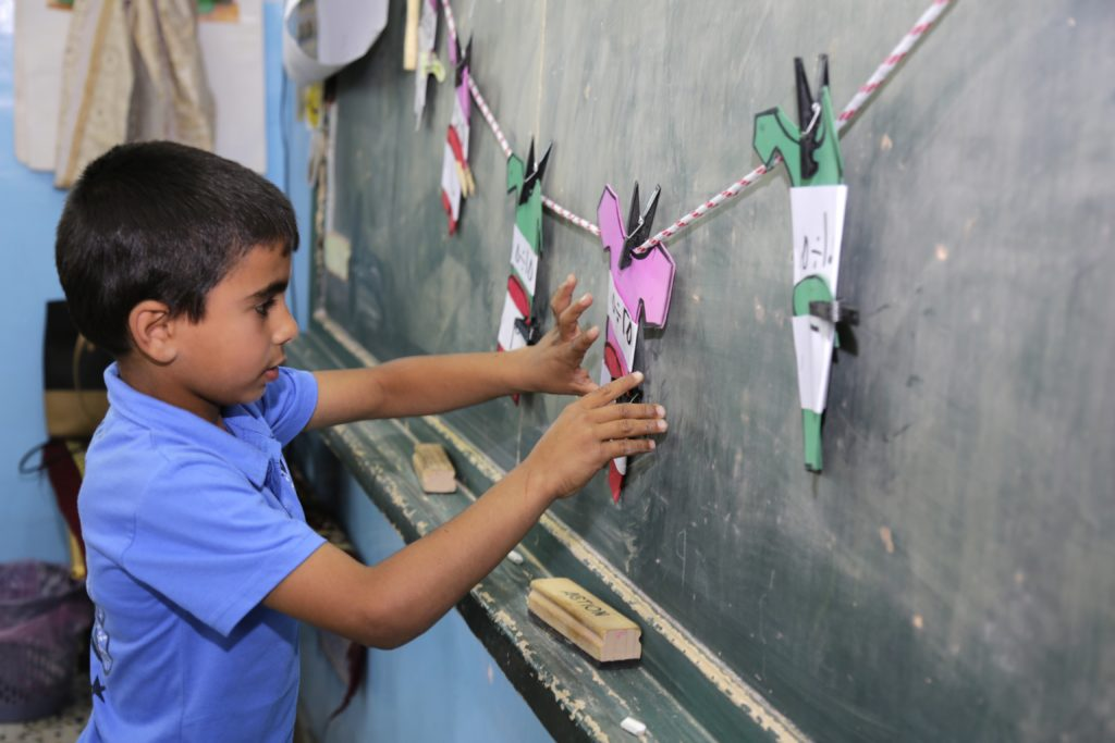 Hizman poikakoulussa on 250 oppilasta ja 15 opettajaa. Kuvan poika opiskelee matematiikkaa.