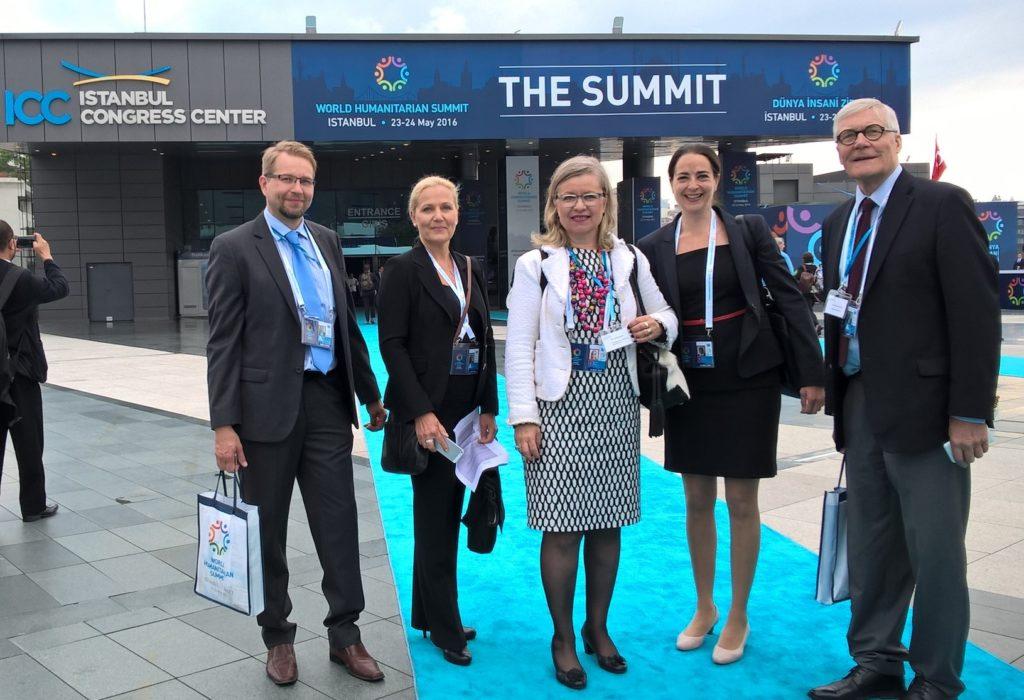 Humanitaarinen huippukokous Istanbulissa – allekirjoittanut ja Finpro ja yritysvaltuuskunnan jäseniä saapumassa konferenssipaikalle.