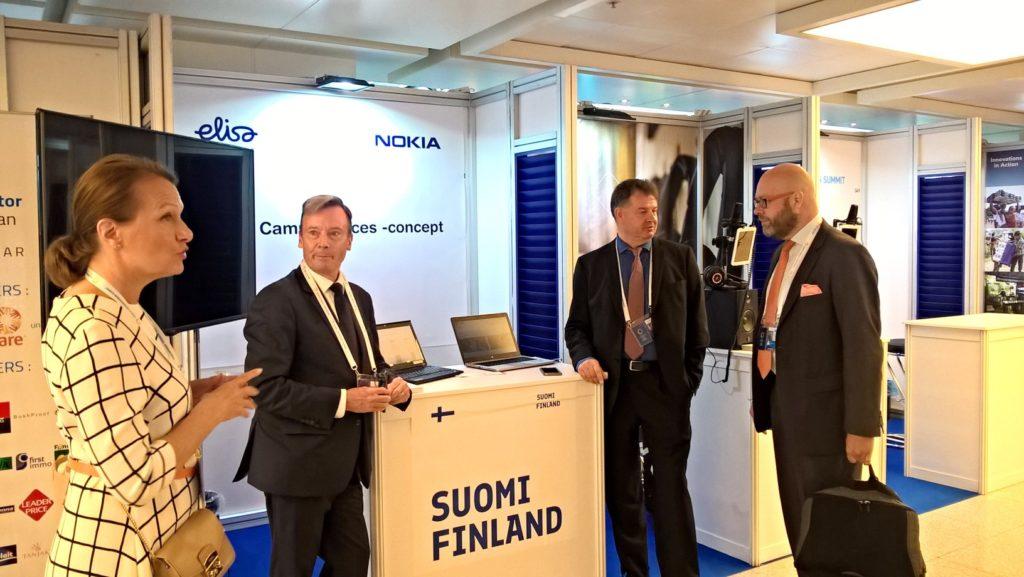 Ministeri Toivakka vierailee Suomen ständillä huippukokouksen Innovation Market Place'lla, jossa myös Risto Ojanperä Elisalta, Jyri Wuorisalo Kuopio Innovation'lta sekä Funzin Aape Pohjavirta.