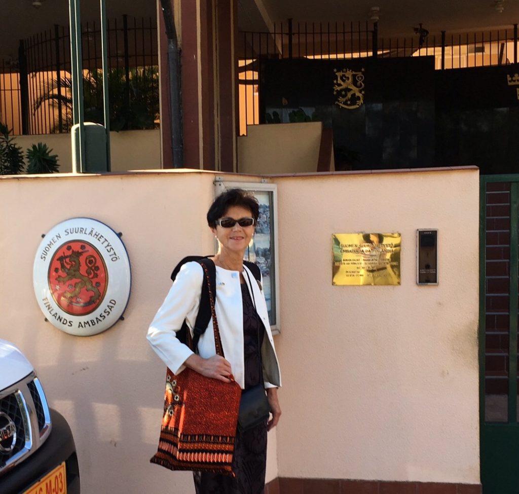 Uusi suurlähettiläs edustuston edustalla Maputossa.
