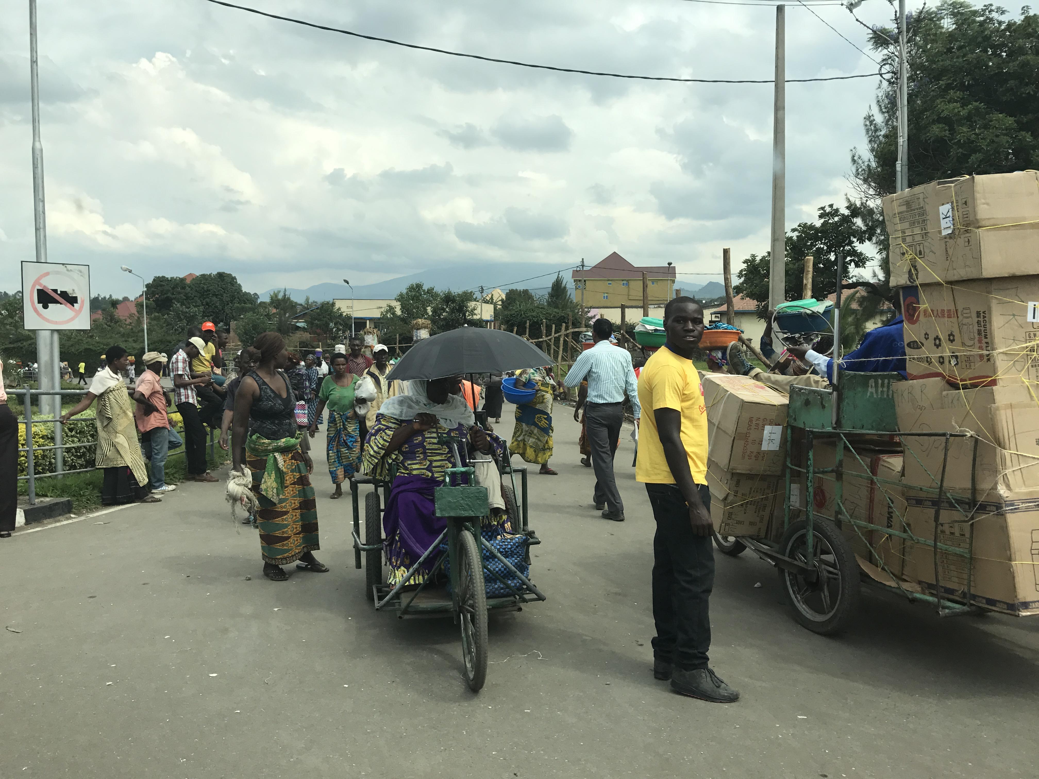 Ruandalaisnaisia- ja kauppiaita sekä työmiehiä palaamassa Ruandaan Kongon puolelta tavaroiden mentyä kaupaksi. Kuva: Matti Tervo.