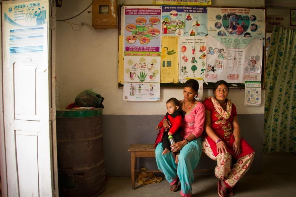 Nalan terveysasemalla Kavressa, Nepalissa, naiset odottavat pääsyä terveydenhoitajan vastaanotolle. Kuva: Julian Bound/UM