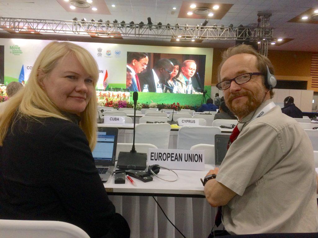 YK:n aavikoitumissopimuksen neuvotteluissa Intiassa työskentelivät EU-koordinaation puheenjohtajana Tanja Grén ja Suomen edustajana Vesa Kaarakka. Kuva: Matti Nummelin