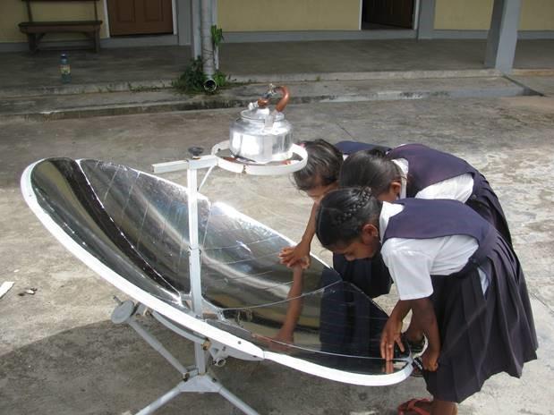 Oreallan kyläkoulua ei ole sähköistetty. Aurinkokeitin toimii polttolasin tavoin ja sen avulla voidaan paistaa ruokaa tai keittää vettä. Lapsille paraboloidipinnan peilikuvat ovat usein kiinnostavampia kuin ruoanlaitto. Kuva: Henri Horn