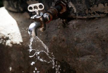 Vesihana, josta pursuaa vettä.