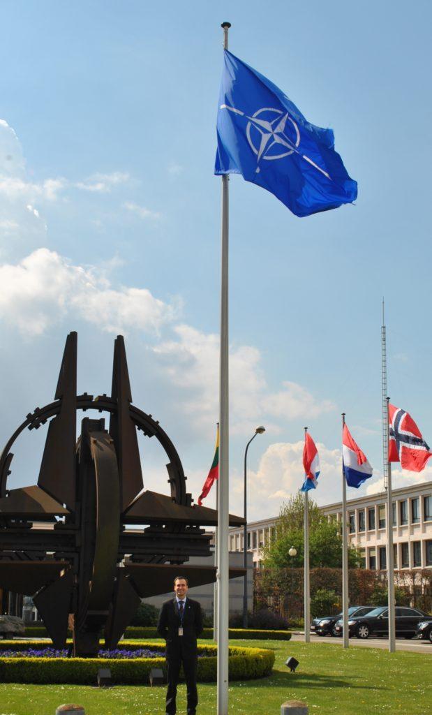Pekka Kaihilahti Naton päämajan edustalla. Kuva: Tuula Niiranen