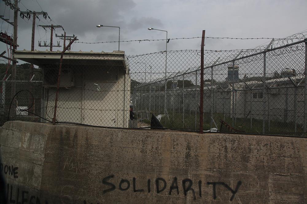 Solidaarisuus. Morian suljetun ns. hotspot-leirin piikkilanka-aitaa