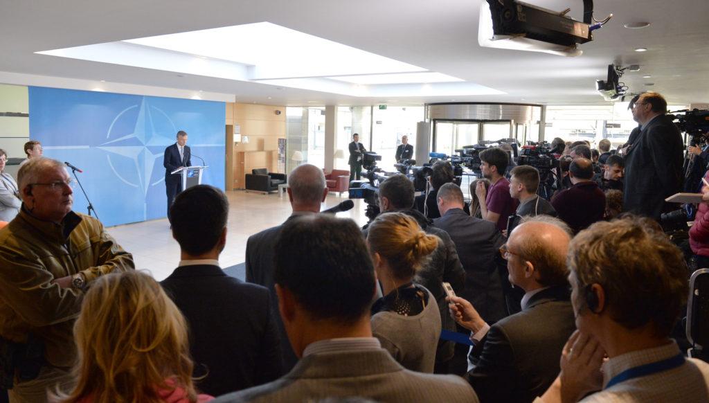 Naton pääsihteeri Nato-Venäjä-neuvoston pressitilaisuudessa. Kuva: Nato