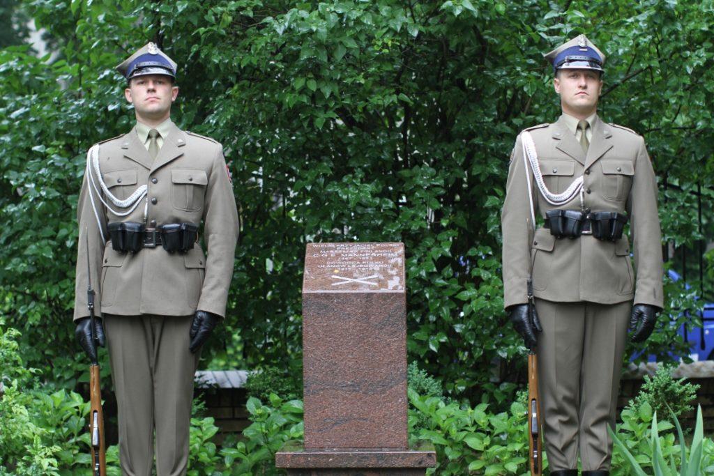 Puolassa armeija ja Nato näkyvät arkenakin. Tässä kaksi sotilasta kunniavartiossa C.G.E. Mannerheimin muistomerkillä Varsovassa