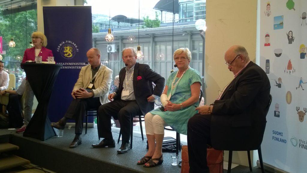 Lehdistöneuvos Merja Sundström johtamassa suurlähettiläspaneelia UM:n tilaisuudessa SuomiAreenassa. Kuva: Mari Lankinen