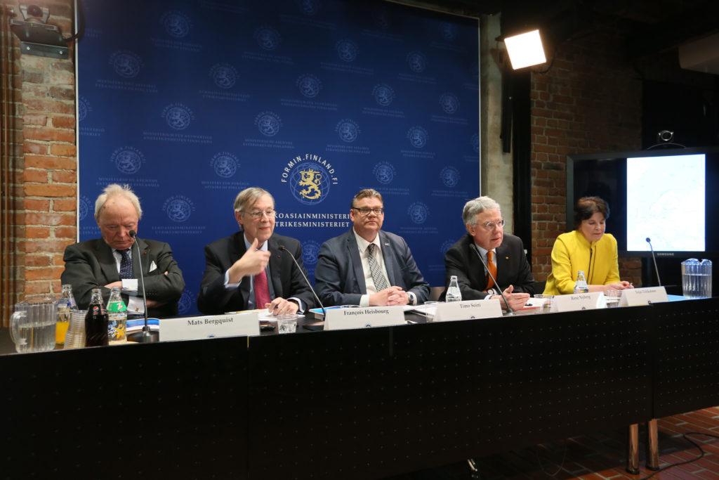 Nato-arvion luovutustilaisuus keräsi ennätysjoukon mediaa paikalle. Kuva: Outi Ylitalo