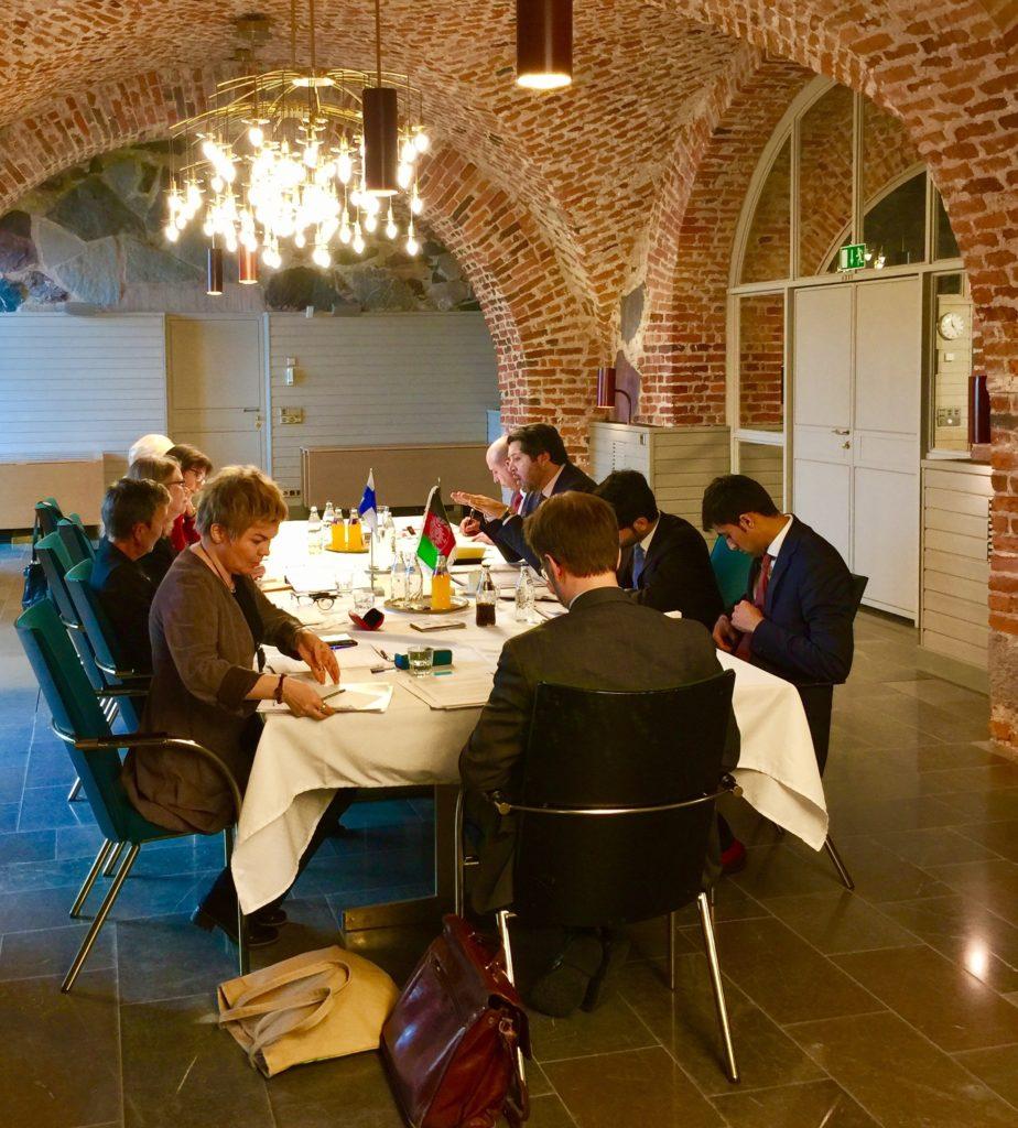 Poliittiset konsultaatiot Afganistanin kanssa keväällä 2017. Afganistanin delegaatiota johti varaulkoministeri Hekmat Karzai, ja Suomen naisvaltaista delegaatiota alivaltiosihteeri Anne Sipiläinen. Kuva: Niko Heimola.