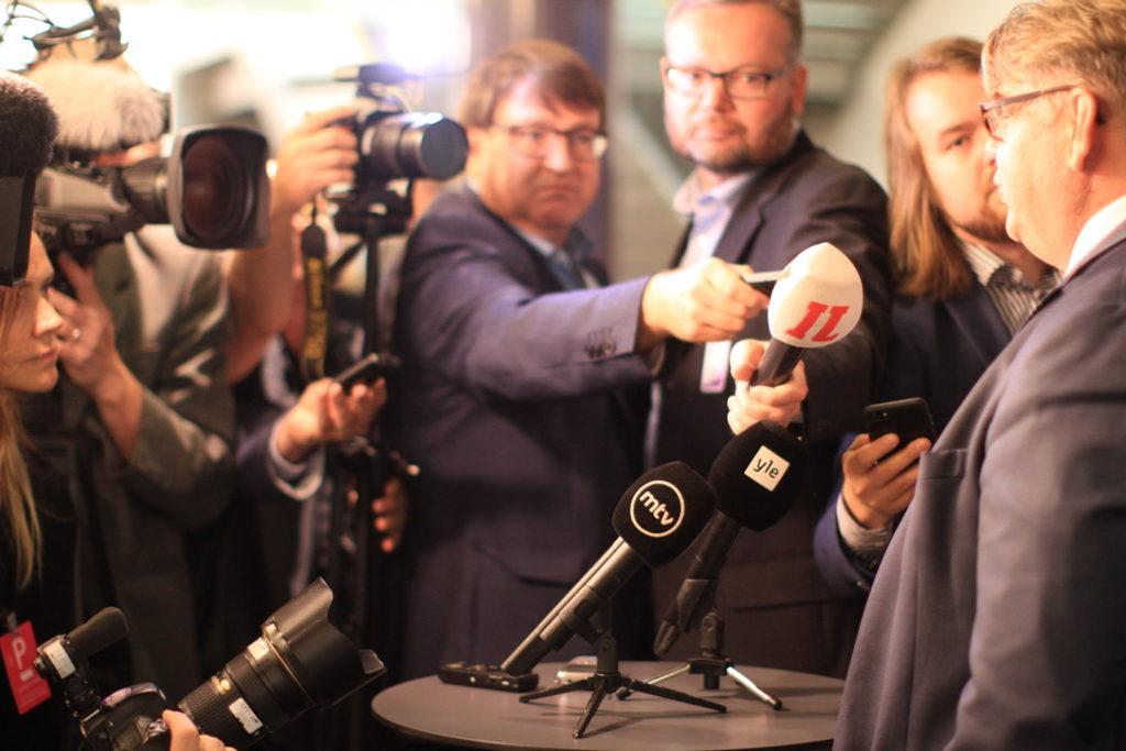 Suomalaista mediaa työssään suurlähettiläskokouksessa 2018