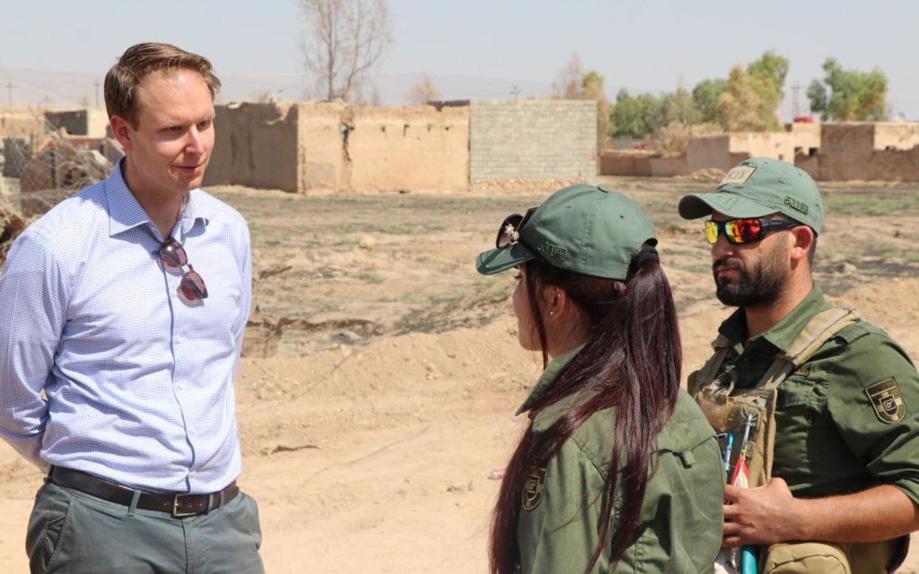UNAMS-operaation miinanraivaajia keskustelemassa Mikko Autin kanssa hiekkatiellä.