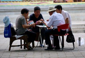 Eläkkeellä on aikaa pelata korttia Ritan-puistossa (kuva: Kimmo Åström)
