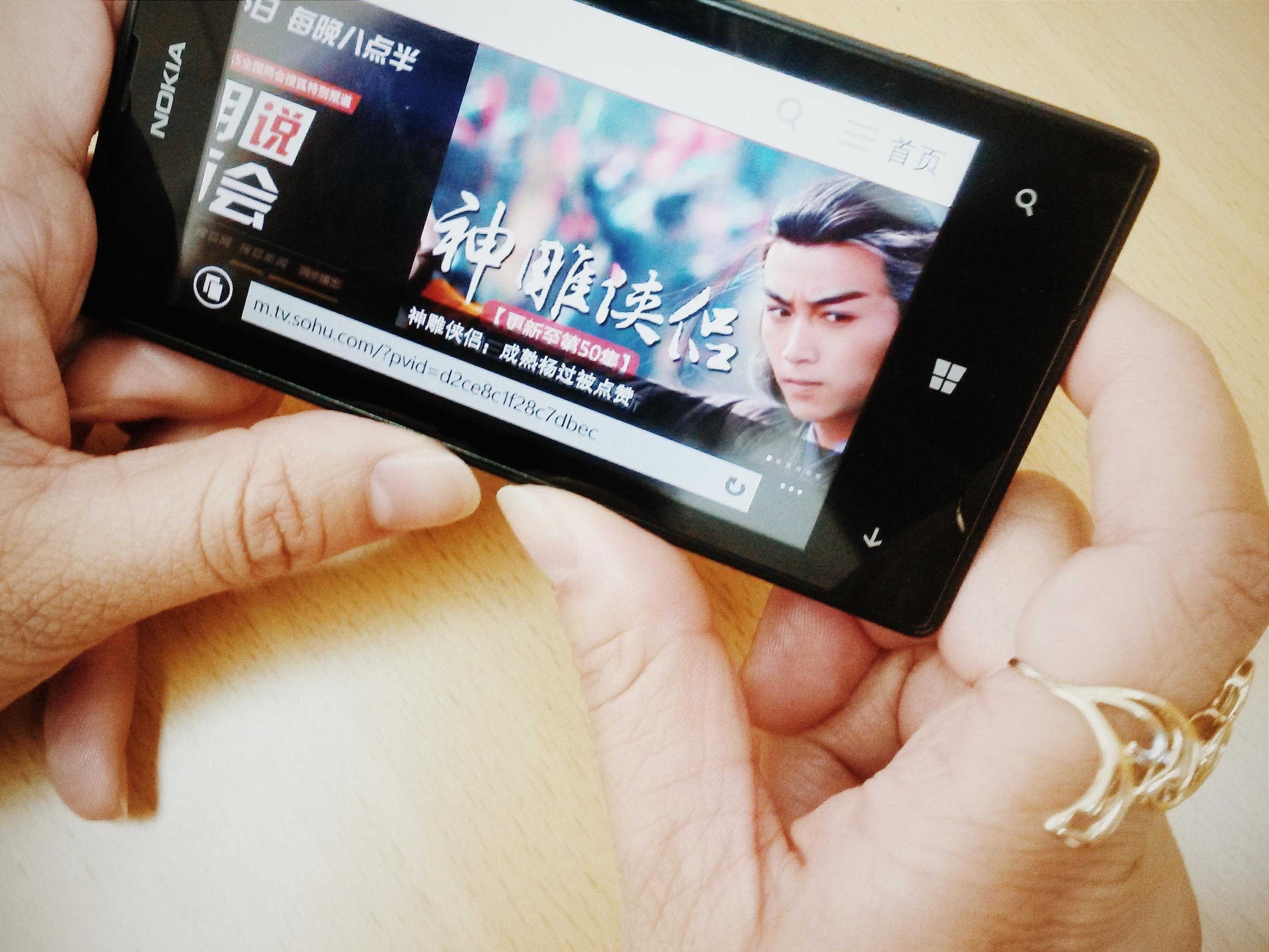 Keskustelun lisäksi kiinalaiset kuluttavat älypuhelimillaan viihdettä. Suosittuja tv-sarjoja seurataan puhelimen ruudulta. Kuva: Heta Hassinen