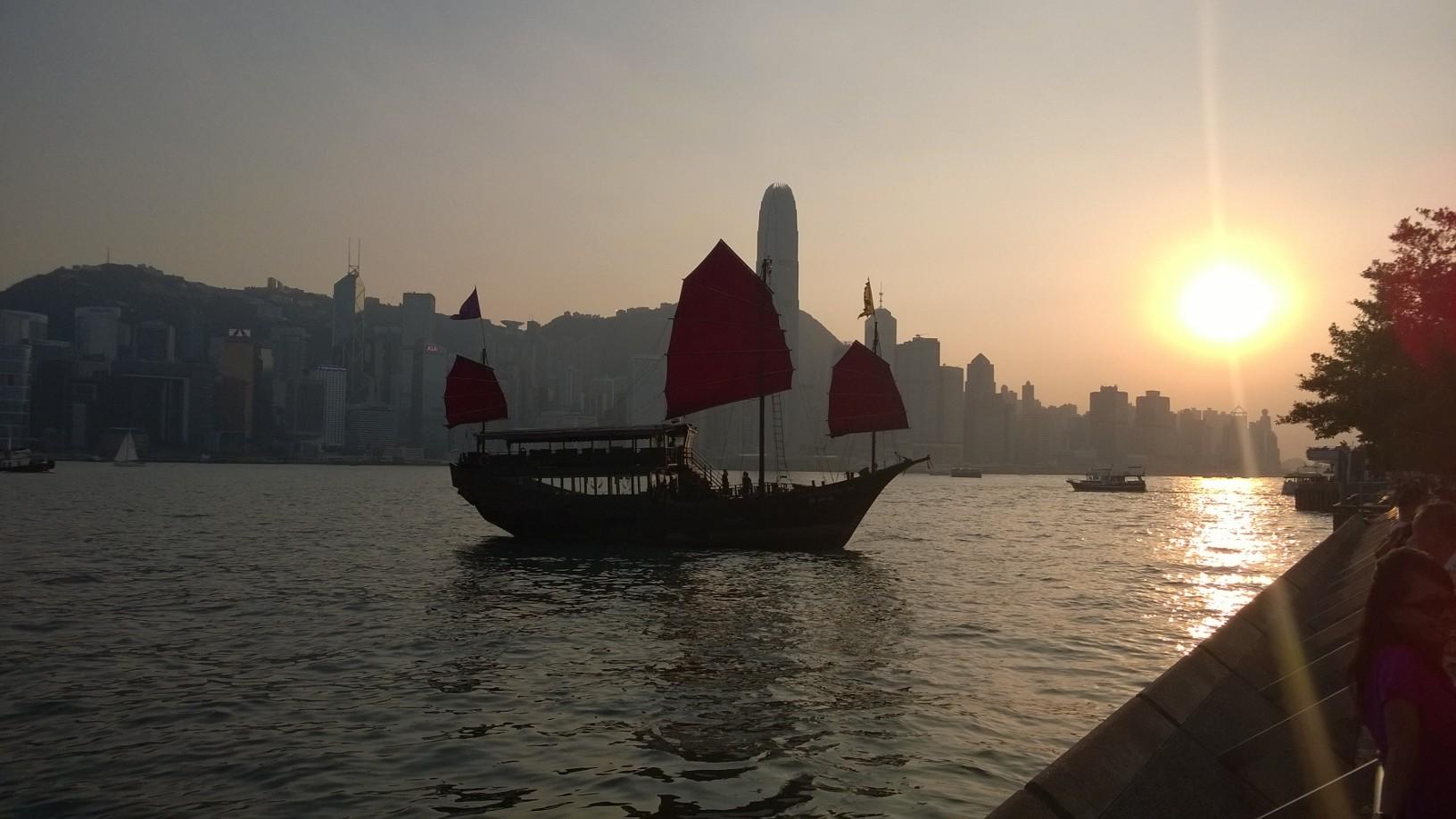 Hongkongin talous rakentui vapaasataman ympärille. Punapurjeinen dsonkki on sataman symboli. Kuva: Jari Sinkari.