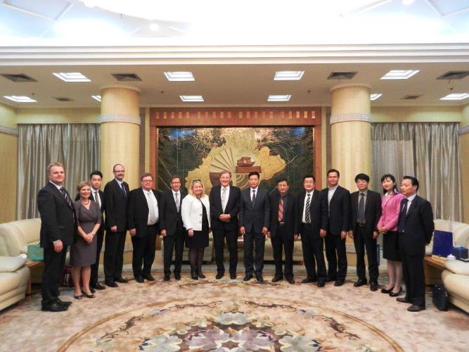 Imatralaiset tapasivat ensivierailullaan Jiaxingin kaupunginjohtaja Liangin kaupungintalolla. Kuva: Qiu Jinyue.
