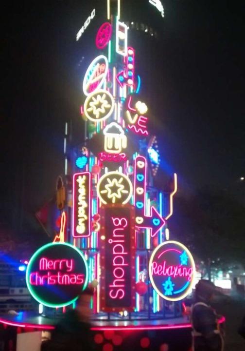 Moderni joulupuu Pekingin vauraimmalla alueella Sanlitunilla. Kuva: Jani Mustonen