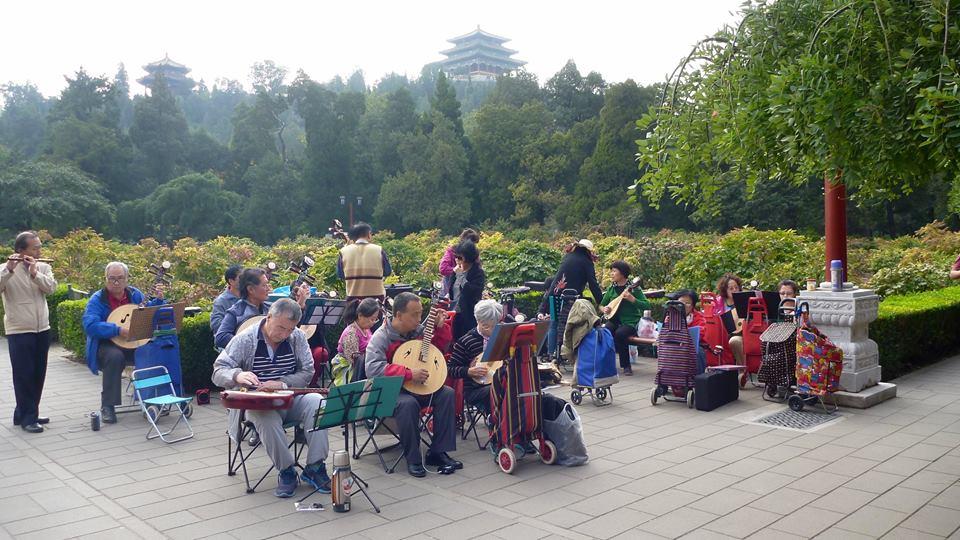 Harrastelijaorkesteri harjoituksissa Jingshan puistossa. Kuva: Tarja Kangaskorte.