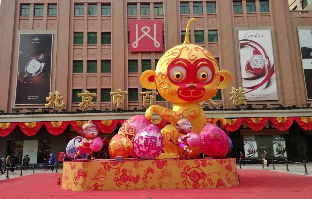 Kiinalaisen uudenvuoden koristelua pekingiläisen tavaratalon edustalla. Kuva: Helena Häkäri.