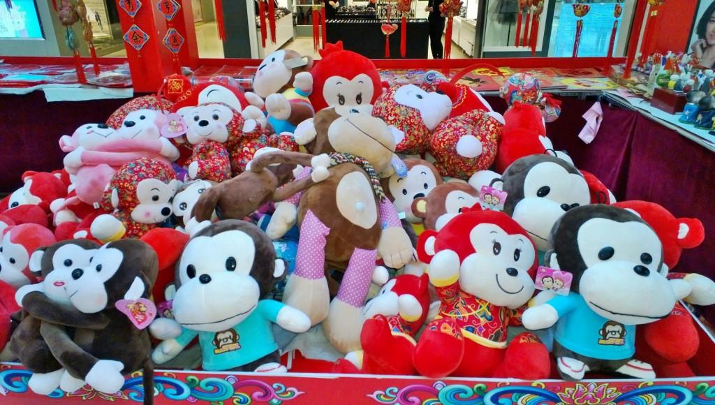 Tarjolla on runsaasti apinapehmoleluja. Kuva: Helena Häkäri.