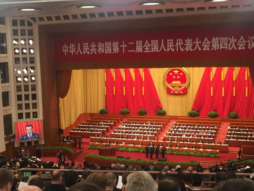 Pääministeri Li kertoi kansankongressin avajaisissa Kiinan tarvitsevan vähintään 6,5 prosentin talouskasvua, jotta Kiina voisi juhlistaa kohtuullisen hyvinvoivaa yhteiskuntaa viisi vuotta myöhemmin. Kuva: Laura Rajaniemi.