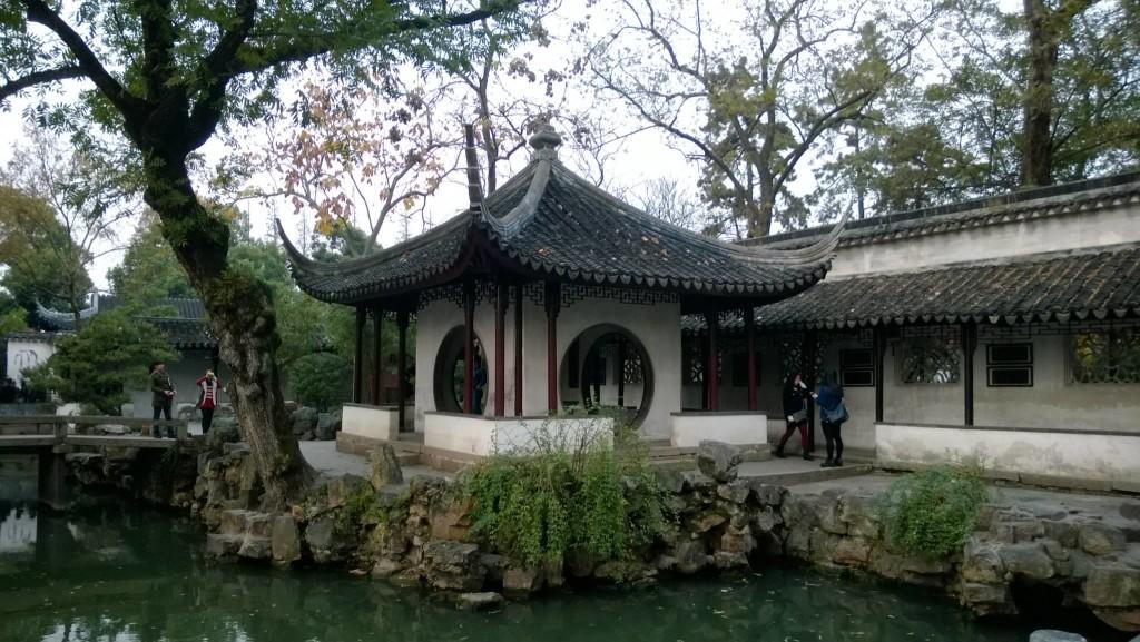 Wu-kiinaa puhutaan muun muassa Suzhoun kaupungissa Shanghain lähistöllä Itä-Kiinassa. Suzhou on tunnettu perinteisistä kiinalaisista puutarhoistaan, jotka ovat UNESCOn maailmanperintöluettelossa. Kuva: Teppo Koskinen