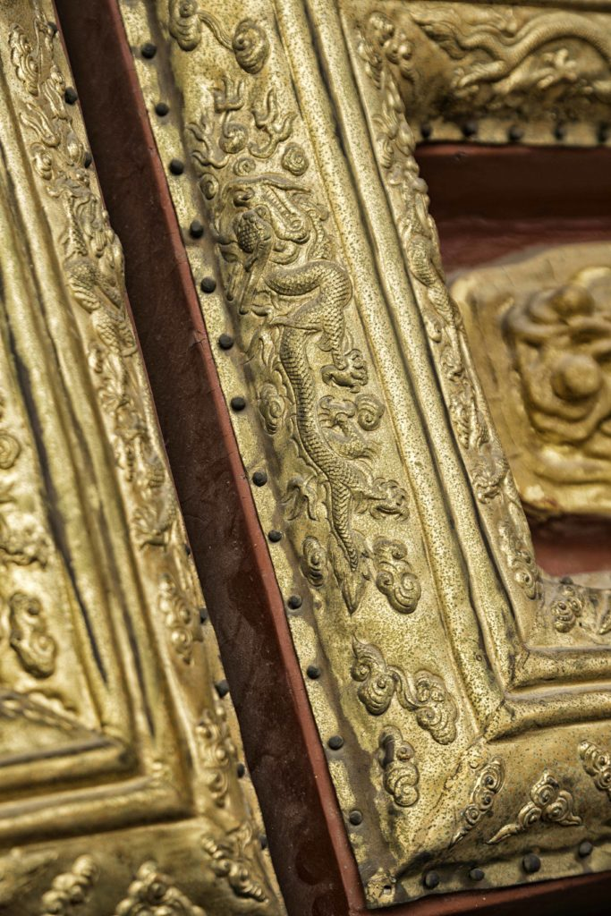 Yksityiskohta kiinalaisesta palatsiovesta. Auetako vai eikö aueta? Erityisen kaunis ovi on ollessaan kiinni. Kuva: Mika Tirronen.