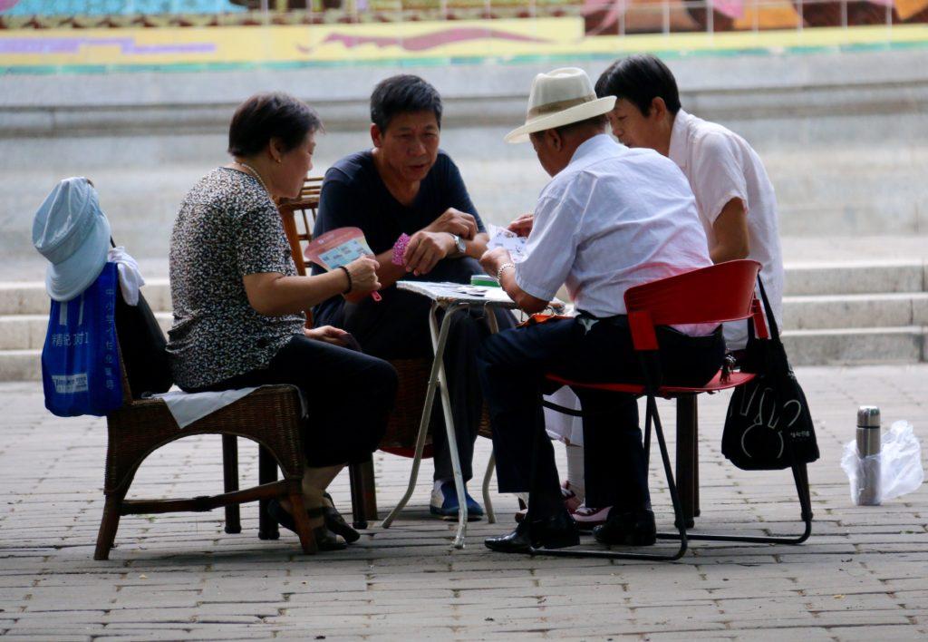 Eläkkeellä on aikaa pelata korttia Ritan-puistossa. Kuva: Kimmo Åström.