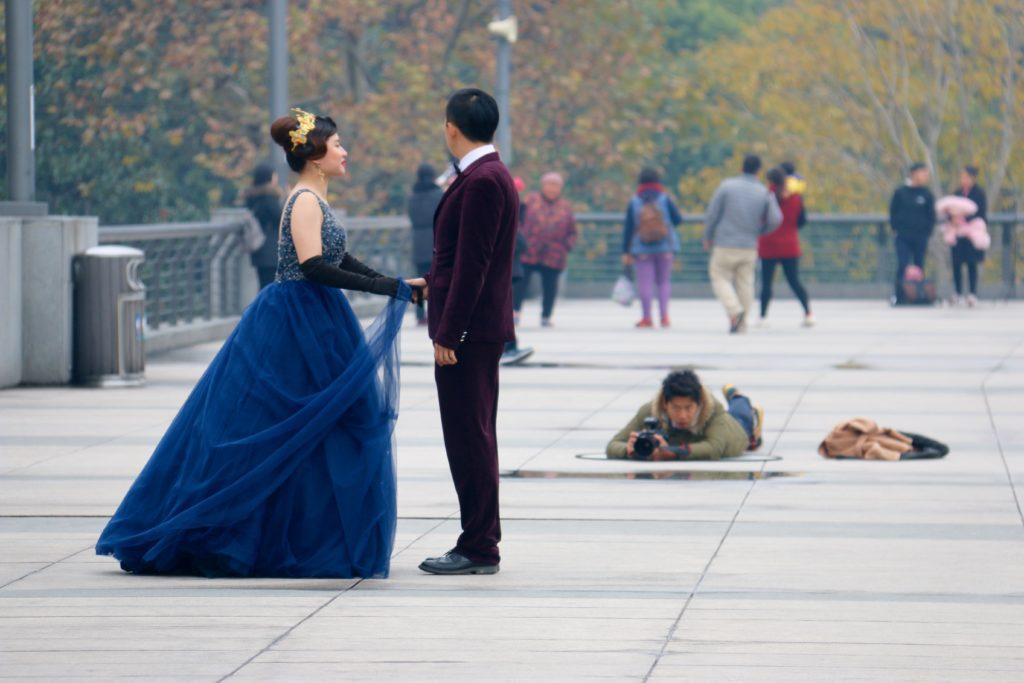 Hääpari Bundilla Shanghaissa, missä naiset solmivat avioliiton keskimäärin 32-vuotiaina ja miehet 34,5-vuotiaina, kun 10 vuotta sitten vastaavat luvut olivat 28,4 ja 31,1. Kuva: Tarja Kangaskorte.