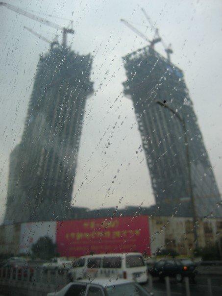 Vuonna 2007 CCTV:n tornia rakennettiin kovaa vauhtia valmiiksi olympialaisia varten. Nykyään se on yksi Pekingin maamerkeistä. Kuva: Helena Jauhiainen.