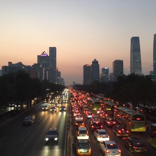 Ruuhkat ovat jokapäiväinen ilmiö Pekingissä. Autojakin on paljon, mutta itsekäs ajotyyli tuo ongelmaan oman lisänsä. Kuva: Noora Räinä.