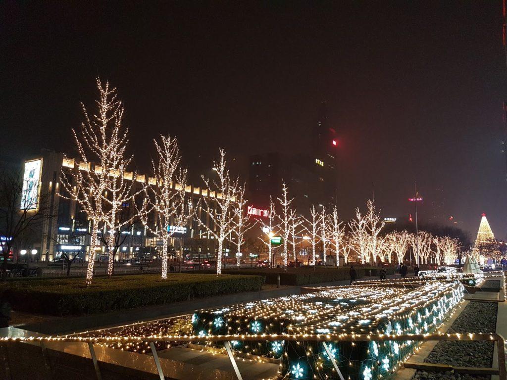 Jouluvalot harmaassa yössä Dawanglulla. Kuva: Anni Silin.