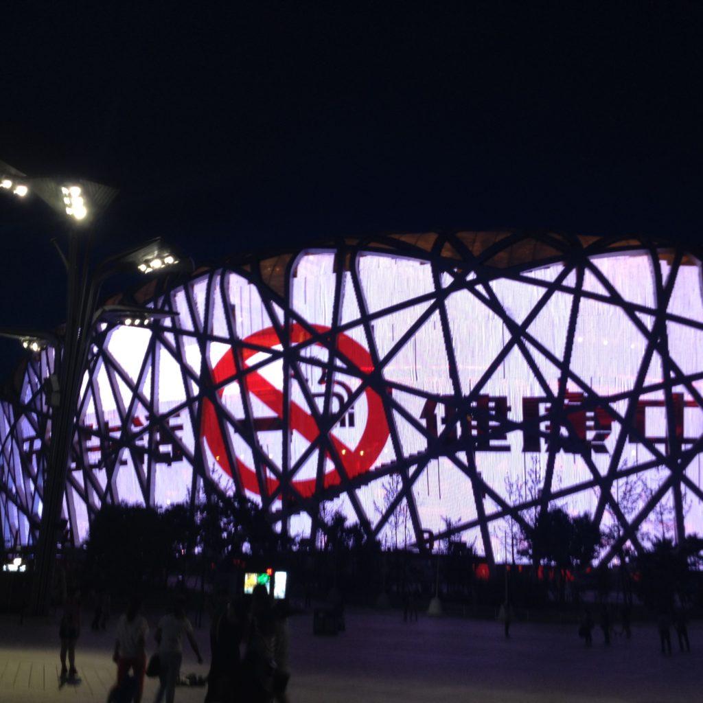Kiina käynnisti kampanjan tupakoinnin lopettamiseksi vuoden 2008 olympialaisten alla. Vuoden 2015 kampanjan näyttämönä toimi osuvasti olympialaisten päästadion, linnunpesä. Kuva: Laura Rajaniemi.