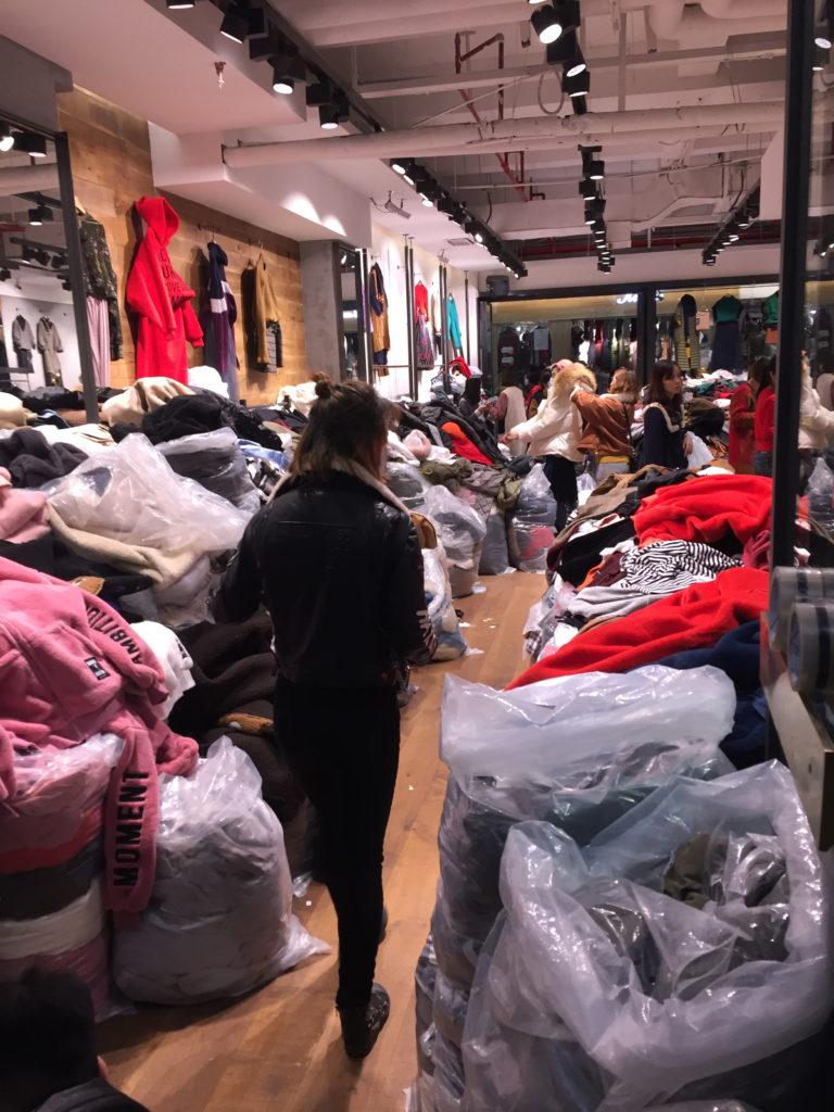 Näitä vaatteiden täyteisiä käytäviä Guangzhoussa tutkiessa ymmärtää, miksi Kiinaa kuvataan maailman tehtaaksi. Kuva: Laura Rajaniemi.
