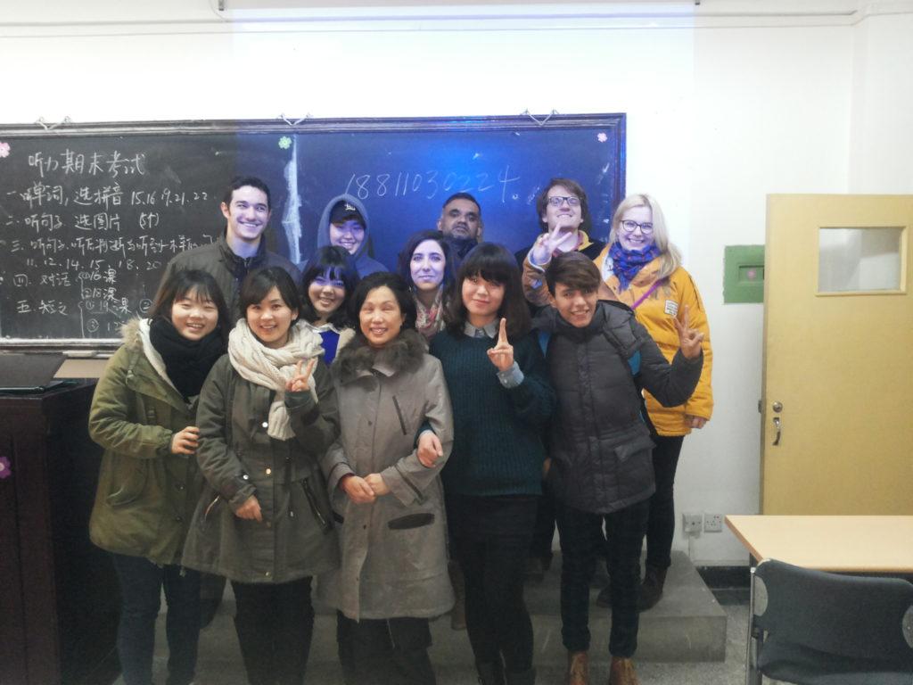 Nyt hymyilyttää! Lukukauden viimeinen kiinankielen kuuntelutunti on takana Communication University of Chinassa joulukuussa 2013. Taululla lukee opettajan huomioita tulevasta kokeesta. Kuva: Anu Kerttula.