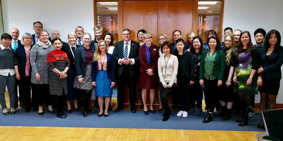 Ulkoministeri Timo Soini kävi tervehtimässä myös suurlähetystön henkilökuntaa. Kuva: