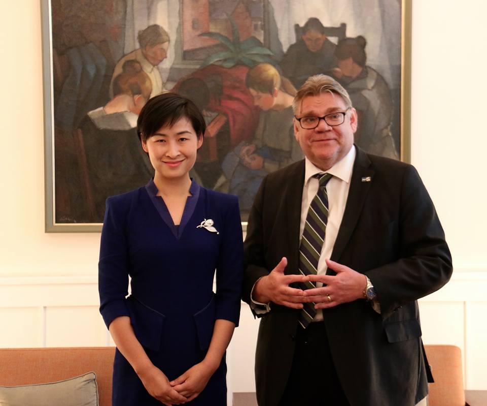 Majuri Liu Yang ja ulkoministeri Timo Soini tapasivat Suomen Kiinan-suurlähettilään residenssissä järjestetyssä Career Women Forward -tasa-arvotilaisuudessa. Kuva: Tarja Kangaskorte.
