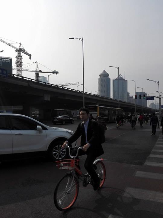 Pekingin pyöräkaistoilla vilisee nykyään yhteiskäytössä olevia pyöriä. Markkinoilla on useita eri yrityksiä. Pyörän lukon saa auki mobiilisovelluksella. Kuva: Anu Kerttula